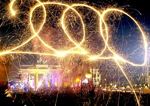 picture of the number 2000 spelled in fireworks in the night sky over Berlin
